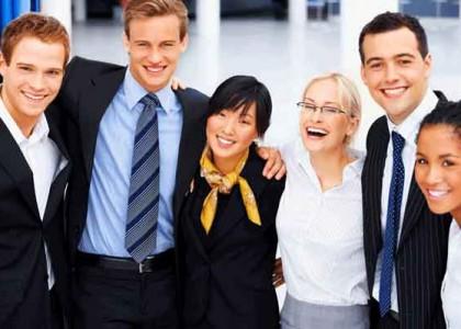 Gruppo di colleghi felice dimostra Rapporti interpersonali e relazioni sane