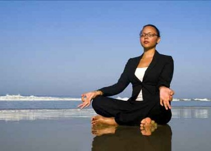 Donna business in Meditazione-per migliorare produttività e gestione del tempo